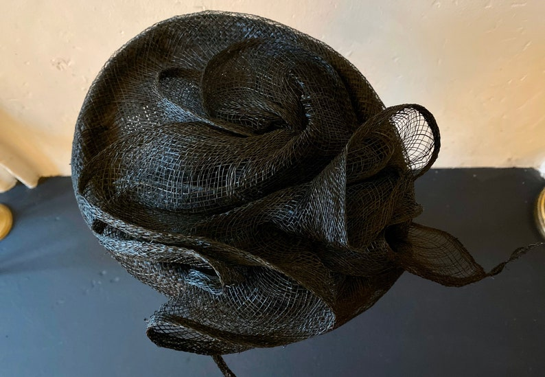 Vintage 60s black fine straw mini hat covered with a net and adorned with clever aerial volutes T 55
