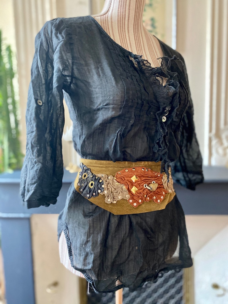 camel-coloured base adjustable waist 80s vintage handmade suede and leather belt adorned with carnations and metal rivets
