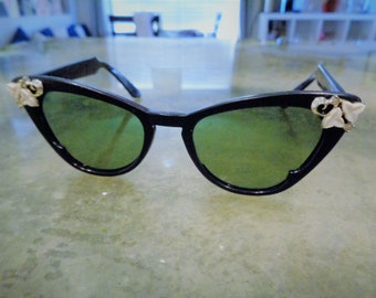 4433fc7d2ab23 Vintage Ultra Rare Foster Grant Pin Up Cateye White Flowers Black Sunglasses  in Great Condition!!!