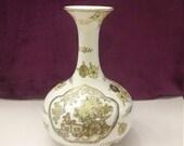 VINTAGE 1960s GOLD IMARI hand painted vase 8.5 quot