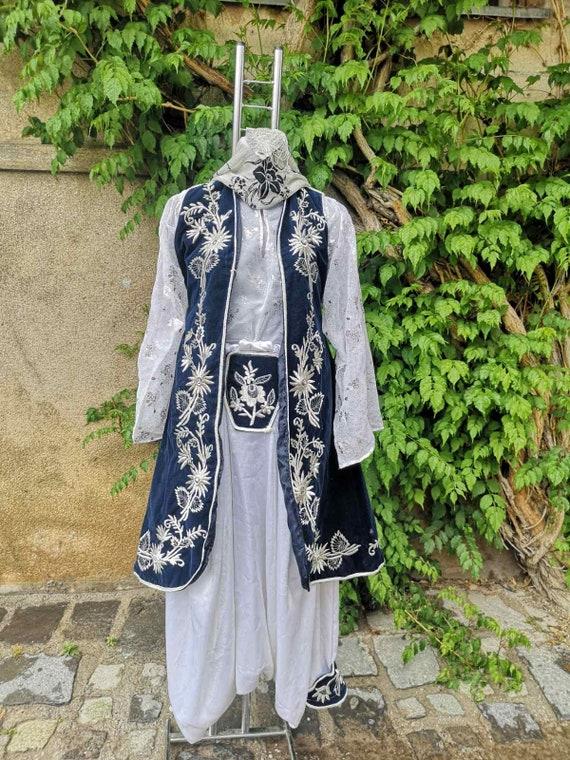 Ethnic Islamic vintage costume, a girl ethnic cost