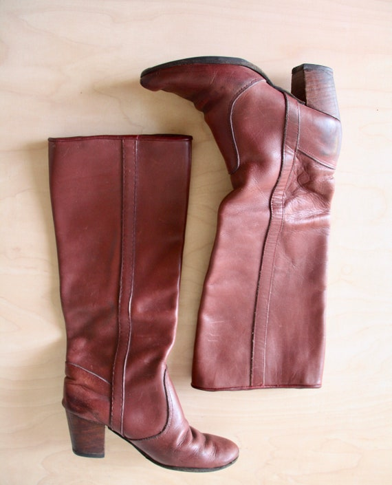 1970s brown leather boots. Knee high riding boots.