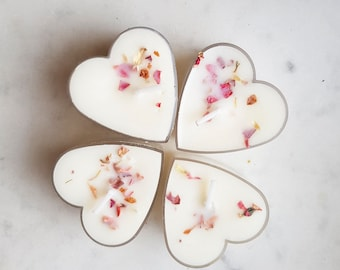 Set of four heart-shaped scented candles, soy wax and dried flowers