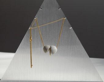Collier contemporain femme acier doré et béton gris