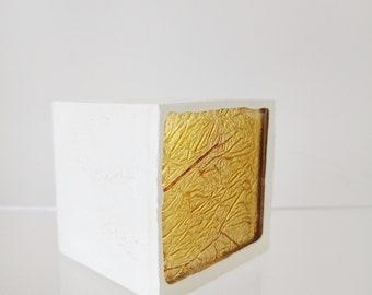 Pavé - Béton blanc et carré verre mordoré