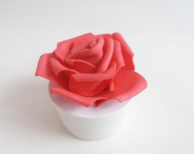 La vie en roses - Rose unique sur socle en ciment blanc -