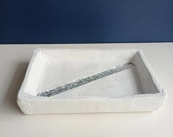 Decorative tray in white concrete and silver glass