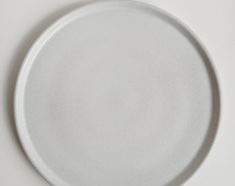 Round tray in white concrete