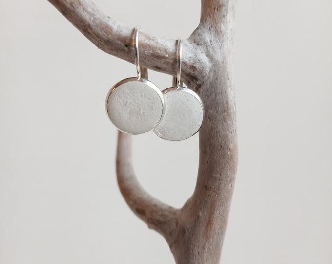 Boucles d'oreilles en béton blanc