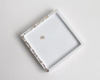 Vide-poche carré en béton blanc et or