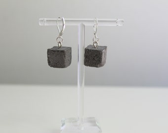 Dying earrings, silver sleeper and anthracite concrete pavement - concrete earrings