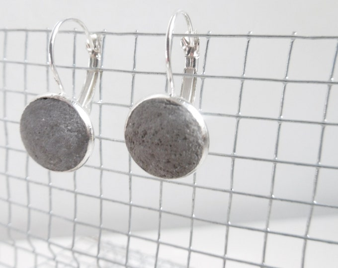 Silver dangling earrings and anthracite grey concretes