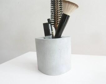 Pot en béton gris - accessoire de salle de bains