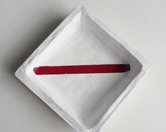 Vide-poches en béton blanc et verre rouge