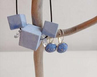 Box bijoux -  Parure en béton bleu - Collier Cubes et boucles d'oreilles