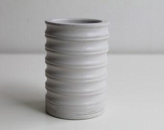 Corrugated pot in grey concrete -