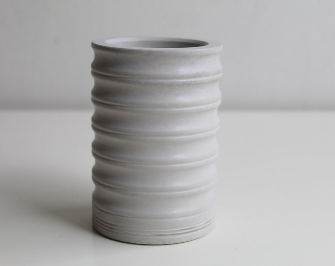 Corrugated pot in grey concrete -