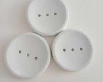 Round soap holder in white concrete