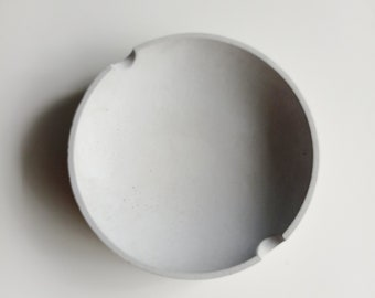 Round ashtray in grey concrete