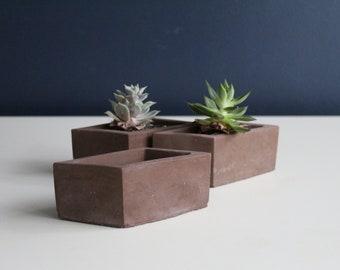 Set of three cache triangular concrete pots