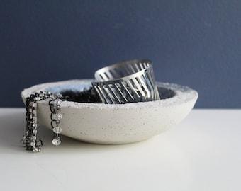 Vide-poches en béton gris, pointé d'argent