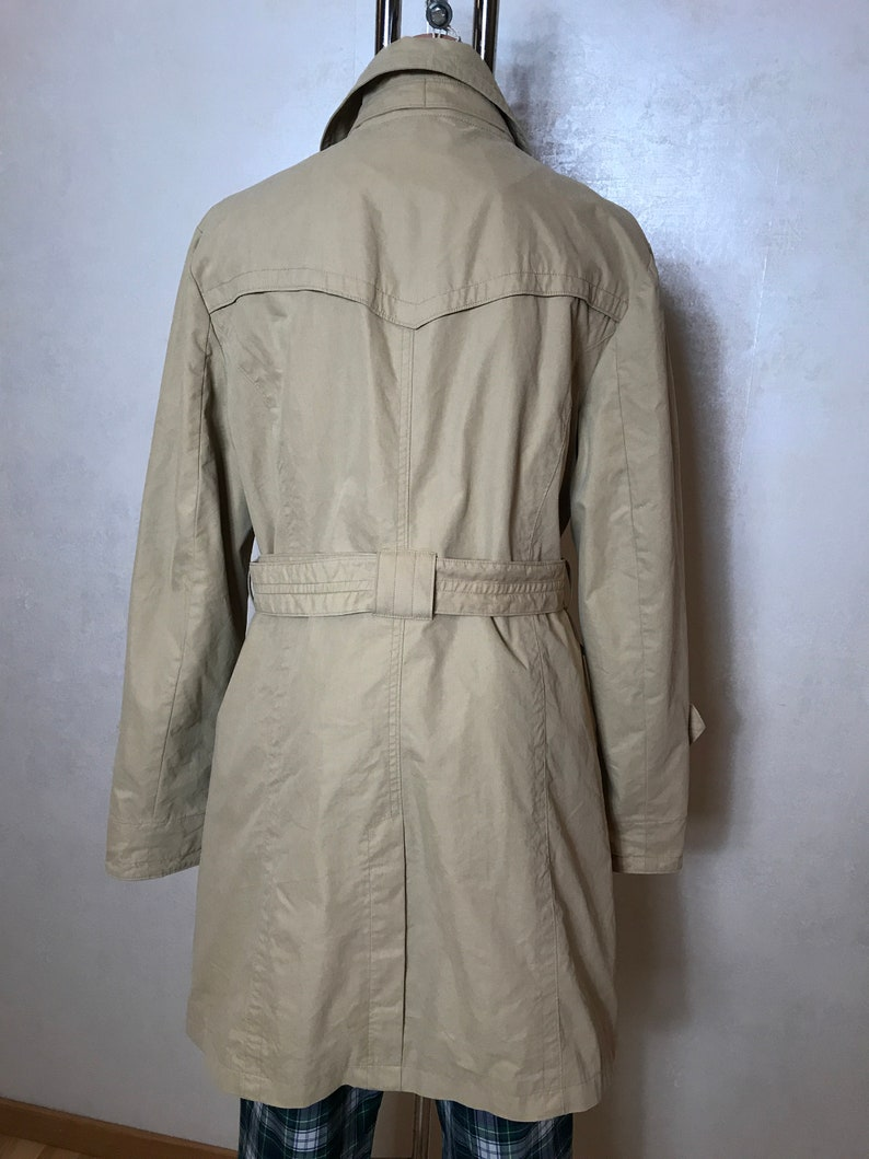 notched collar Camel vintage trench coat with button up front belt and two side pockets Medium size