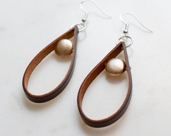 Pearl and Leather Earrings, Leather Earrings with Pearl, Light Gold Pearl Earrings, Minimalist Earrings, Modern Earrings