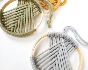 MAKRAMEE-ANHÄNGER, bamboo ring with yarn, 10 cm in diameter