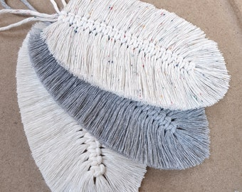MAKRAMEE FEDER / BLATT, neutral colors, cotton yarn knotted, length 17 cm, in the colors Natural / Silver / Rainbow Dust
