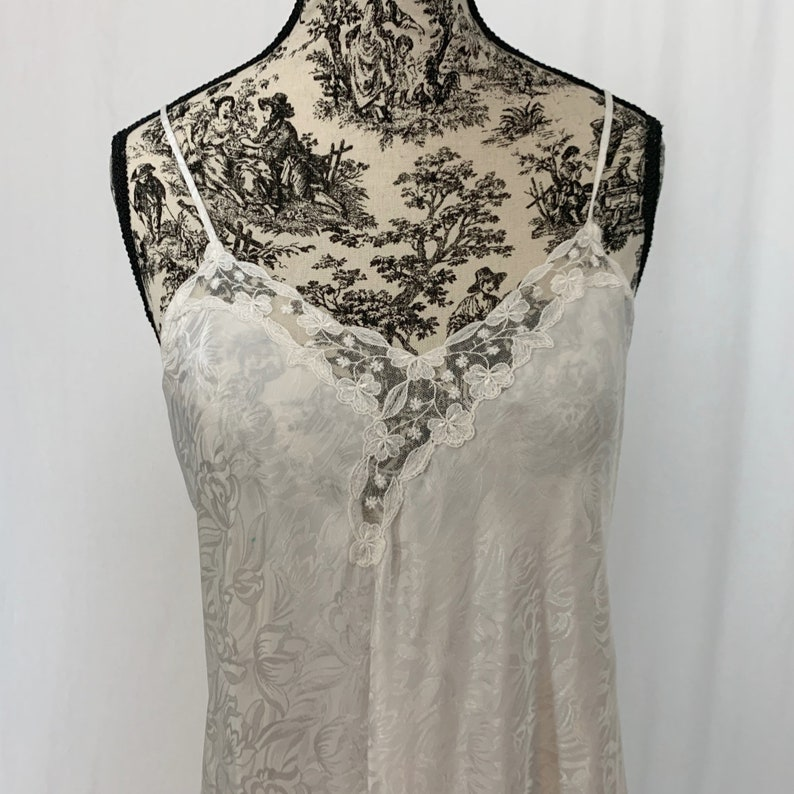 White Nightgown and Robe Embossed Set 80s Vintage Wedding