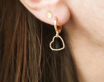 Mini créole APHRODITE  // Dormeuse dorée à l'or fin 24K et pampille coeur en or gold filled 14K // Petit coeur // Finition diamantée