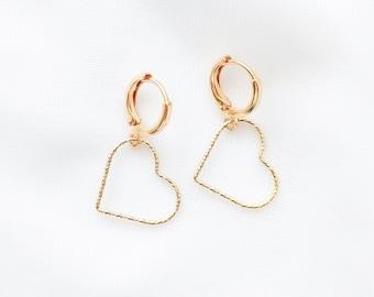 Mini créole APHRODITE // Dormeuse dorée à l'or fin 24K et pampille coeur en or gold filled 14K // Grand coeur // Finition diamantée