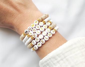Bracelet MANTRA SUMMER // Perles surfeur Heishi sur fil élastique à personnaliser // Perles alphabet blanches, lettres dorées