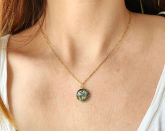 Necklace with resin pendant inlaid with flower petals and gold leaf