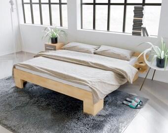 Bett Aus Buchenleinholz 200x200 Liegefläche Mit 2 Ablagen Und Dreifach  Abgestützten Mittelstrebe Mit Abgerundetem Kopfteil Sitzhöhe 44cm