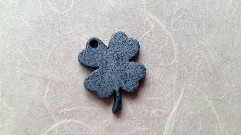 4 x 3.2 cm Leather pendant clover Blue Vintage