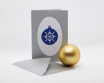 """Handgestickte silberfarbene Weihnachtskarte  """"Blaue Christbaumkugel"""""""
