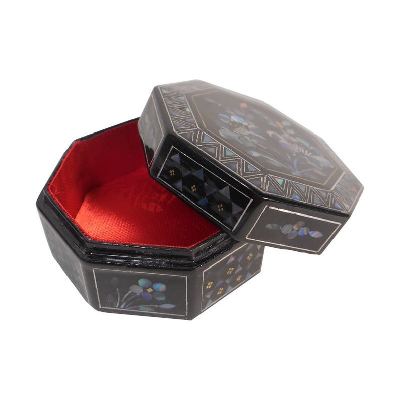 Round Mother of Pearl Inlaid Lacquer Box