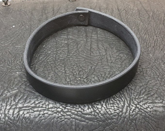Simple Solid One Button Collar