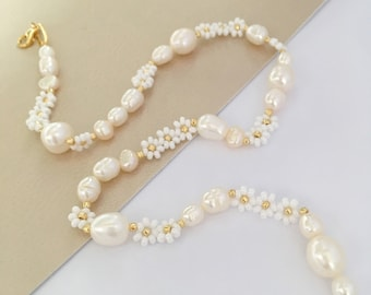 White Beaded flower necklace/flower and pearl necklace/flower bead necklace/jewelry gift/gift for her/flower  jewelry/flower jewellery