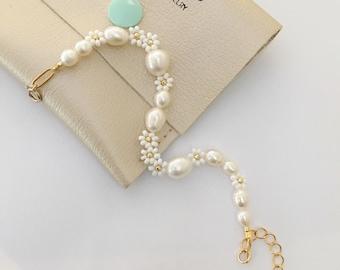 Pearl and flower bracelet/beaded flower bracelet/pearl and seedbeads bracelet/Bridal jewelry/Flower bracelet/white flower bracelet/wedding