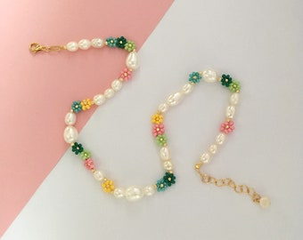 Beaded daisy flower necklace/colorful flower  necklace/flower bead necklace/jewelry gift/gift for mom/gift for sister/Christmas jewelry gift