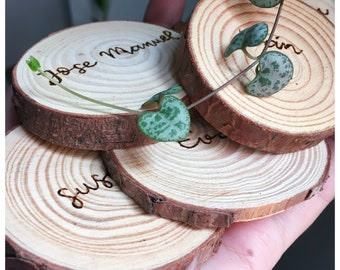 Sitting wedding plan. Wooden slices. Hand-engraved wooden slice. Wooden names. Personalized gift. Personalized gift.