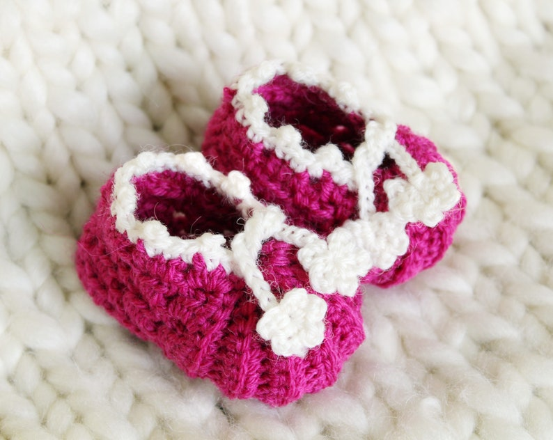 Crochet pattern  Baby booties. Baby booties with 3 sizes and image 0