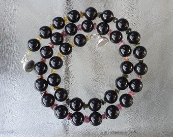 Beaded necklace with jet beads and tourmaline in several colors, De Blije Ekster, free shipping