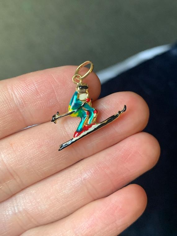 Pretty 9ct gold enamelled skiing charm