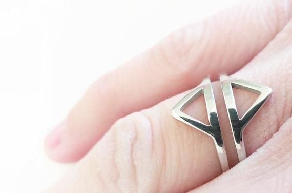 Anillo de acero dos triángulos