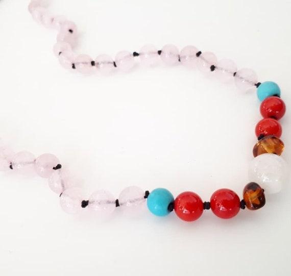 Collar protector: de ambar, coral, turquesa y cuarzo rosa.