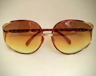 b111c4cae47ee Christian Dior Non-Prescription Vintage Tortoiseshell   Gold Sunglasses  with Tinted Lenses  Ready-to-Wear