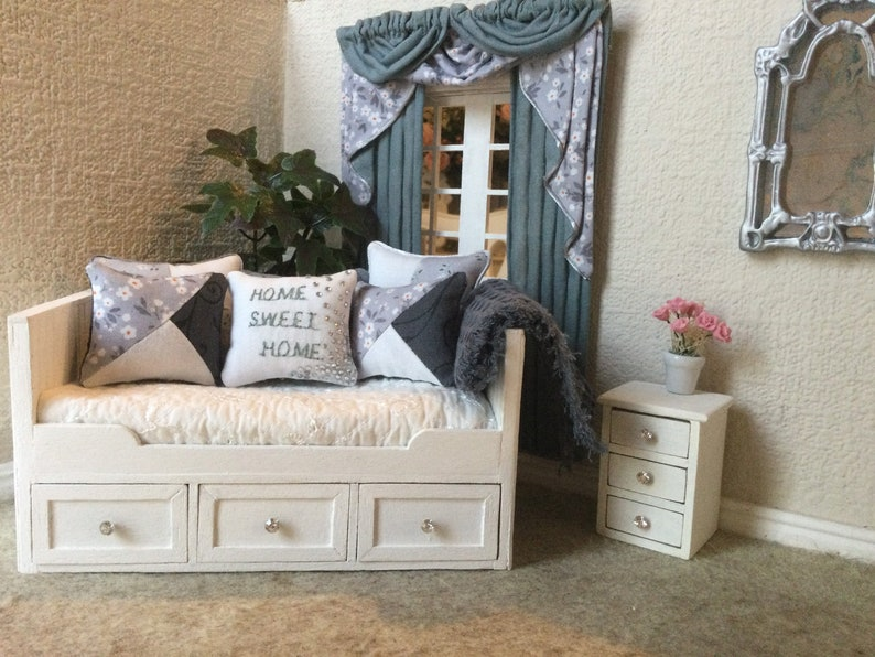 Dollhouse 112 Scale Daybed With Soft Furnishings